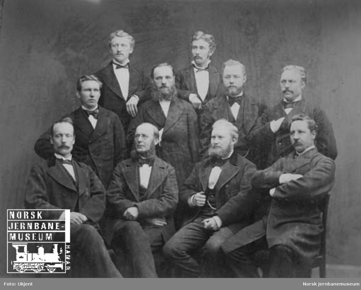 """Gruppebilde av ti """"jernbanefolk"""" i Trondheim i 1880-årene"""
