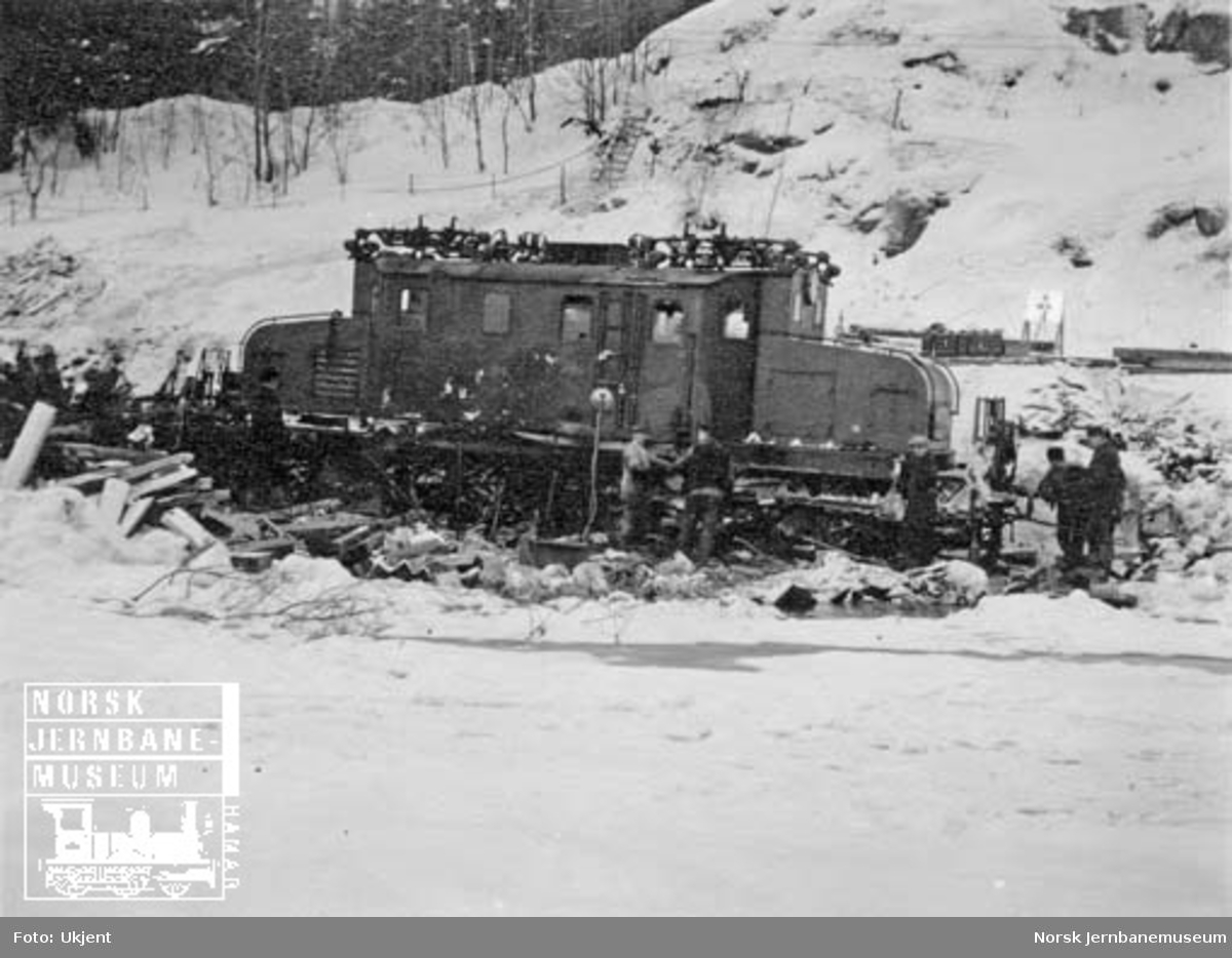 Berging av elektrisk lokomotiv type El 1 nr. 2005 etter avsporing i tog 510 ved km 27,38 3. januar 1926