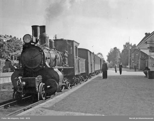 NSB damplokomotiv type XXIIIa nr. 14 foran persontog på Tønsberg stasjon