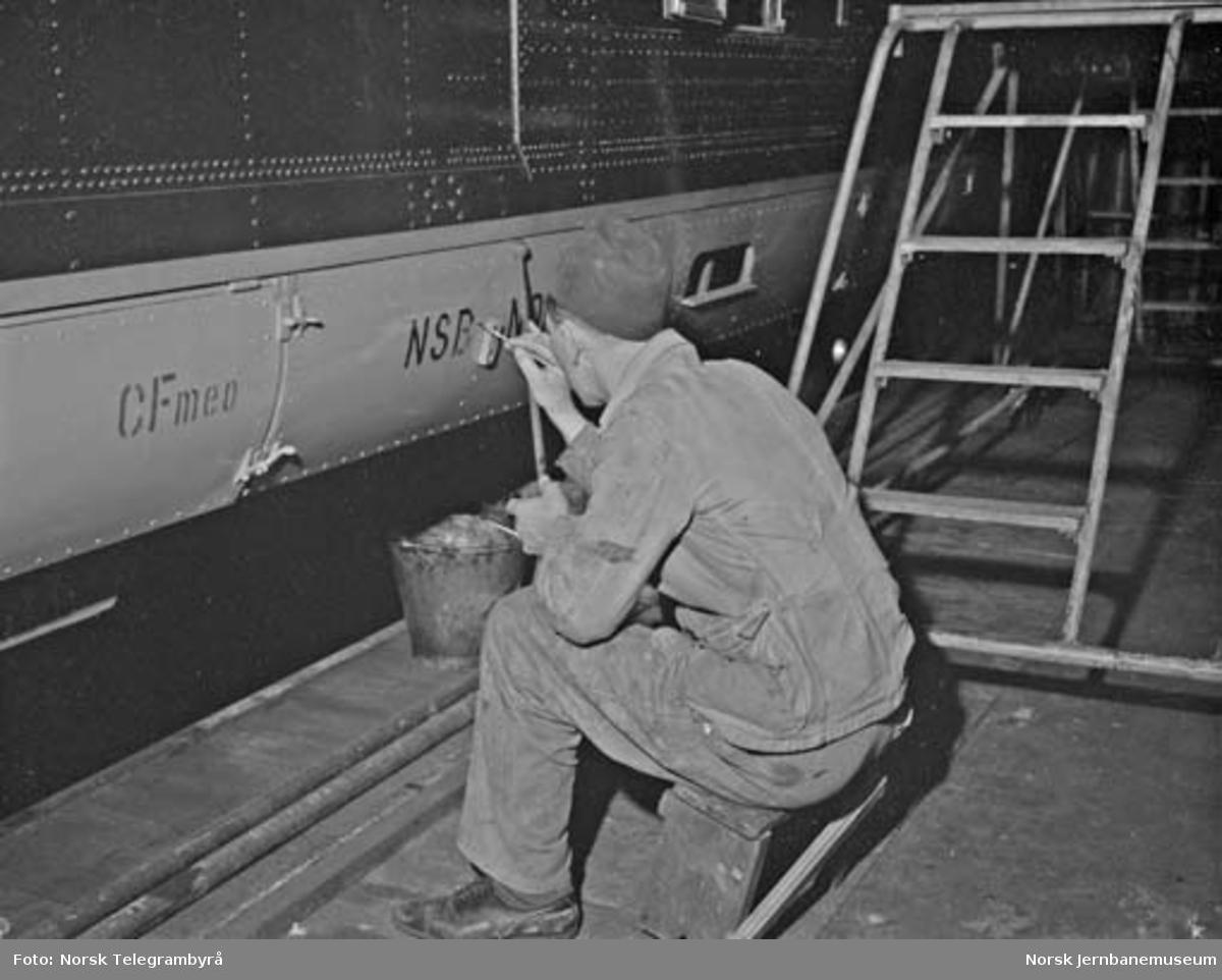 Ekspresstoghallen i Lodalen : maling av påskrifter på motorvogn type 88