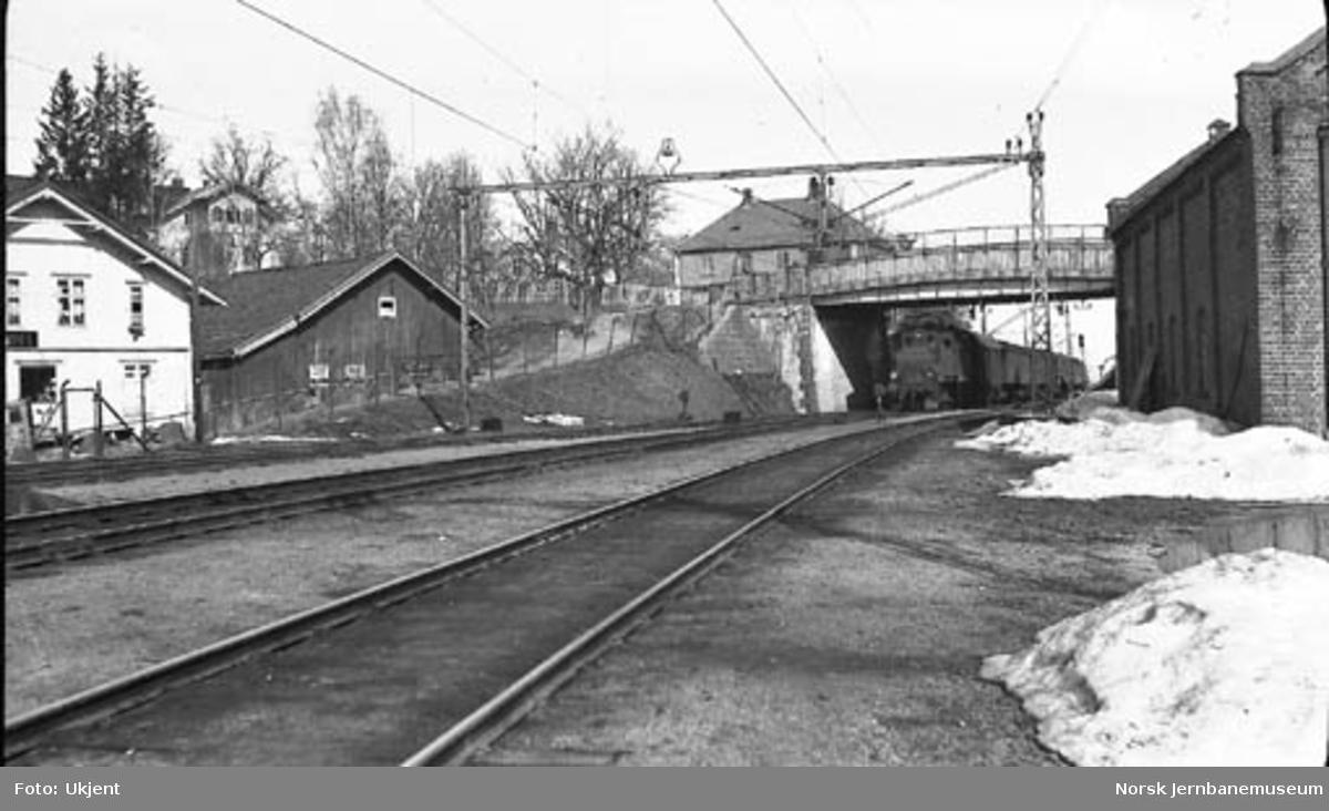 Gammel innkjøring til Asker stasjon østfra : El 1 med persontog ankommer