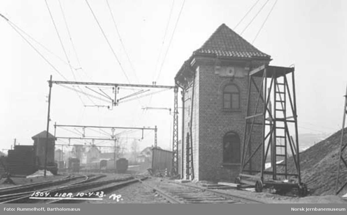 Drammenbanens elektrifisering : koblingshus på Lier stasjon