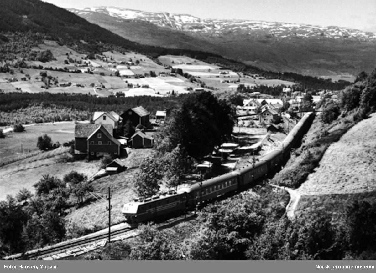 Bergensbanens østgående dagtog ved Ygre