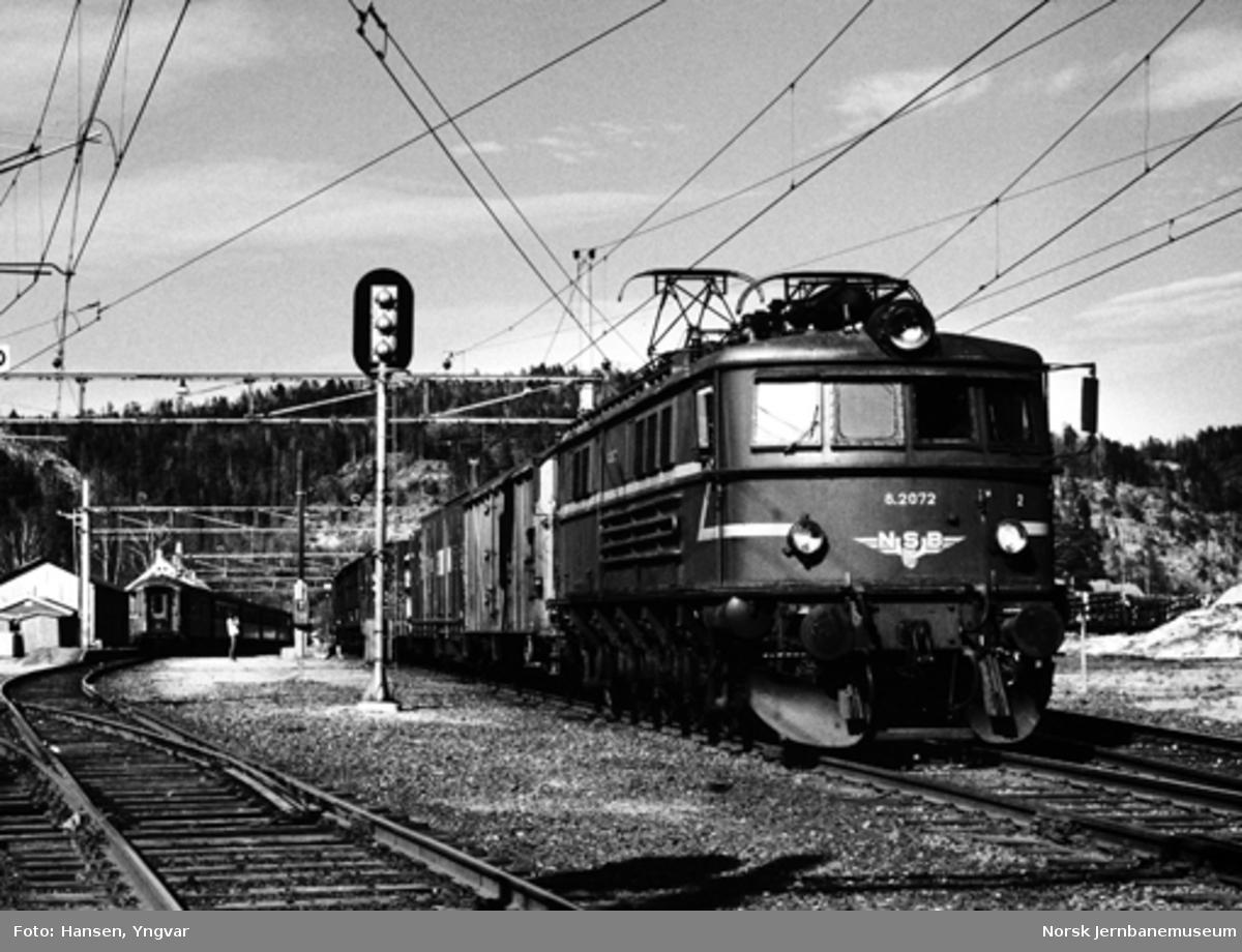 Elektrisk lokomotiv El 8 2072 forlater Eidanger stasjon på vei mot Skien