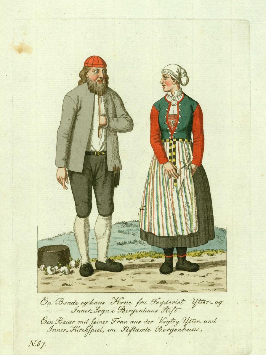 Mann og kone i folkedrakter fra Vik (se Lexow) i Sogn, han med kniver i beltet, på bakken kurv og rotfrukter.