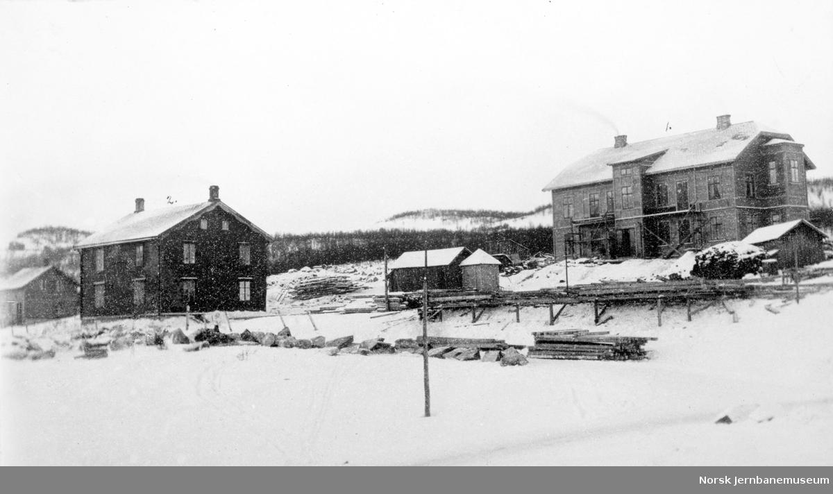 Anlegg av LKABs anlegg i Narvik : kontorbygningen under oppførelse med Beyersgården til venstre