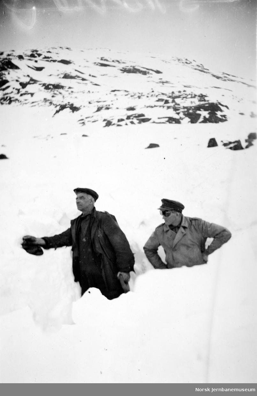 Baneformann Skorve og Gustav Jarnes i snøen