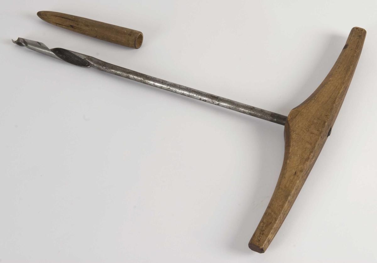 Noen steder vil ethvert bor kalles naver eller navar. I dag brukes Naver/navar som oftest om lange spiralbor, også kalt tømmermannsbor eller spikerbor, med et tverrstilt håndtak som gir den karakteristiske T-formen. Opprinnelsen til navnet kan ligge i at redskapet ble brukt til å bore hull i hjulnav.  Ubrukt. Kjøpt på utstilling i Førde 1913 (protokoll)