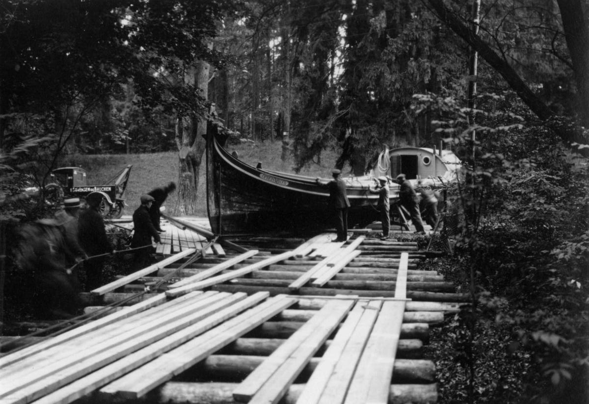 """Transport av fembøringen """"Opreisningen"""" til Norsk Folkemuseum, august 1927."""
