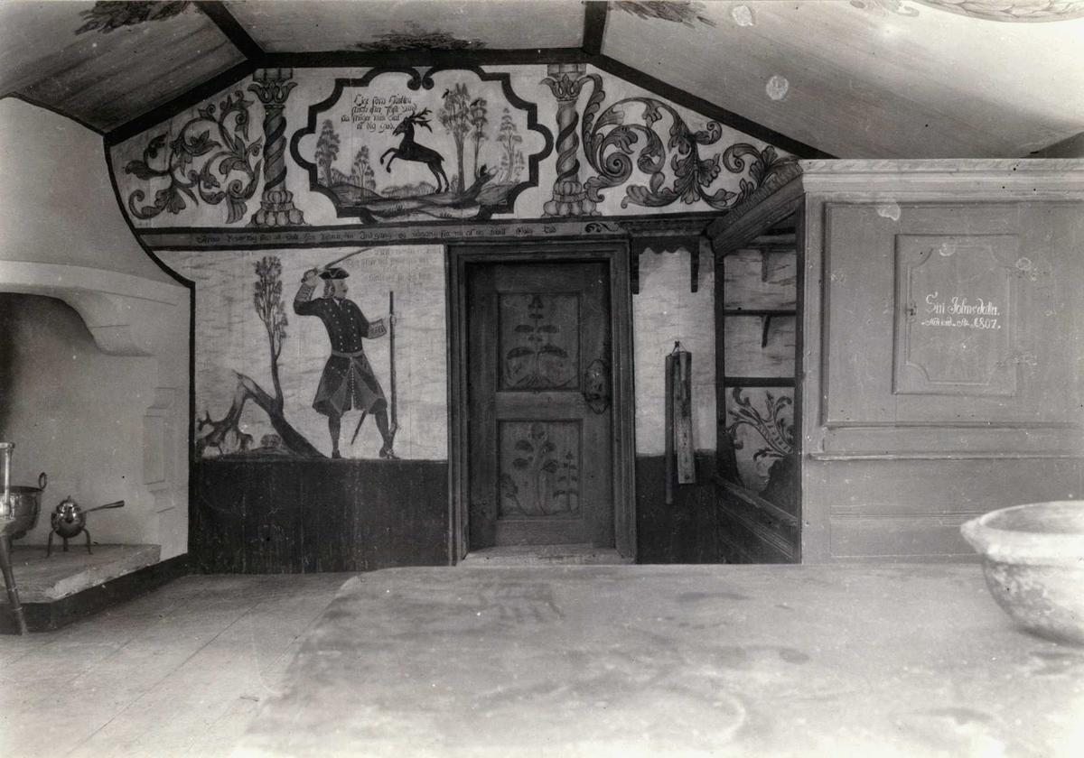 Synvisgård, Narjordet, Os, Nord-Østerdal, Hedmark 1936. Synvisstua. Interiør med dekorete vegger og tak, samt peis, dør og seng. Nå på Glomdalsmuseet.